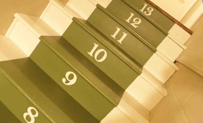 Geverfde trap met nummers