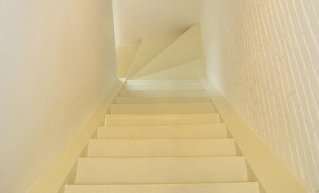Trap verven werkwijze tips voorbeelden geverfde trappen for Trap hout wit