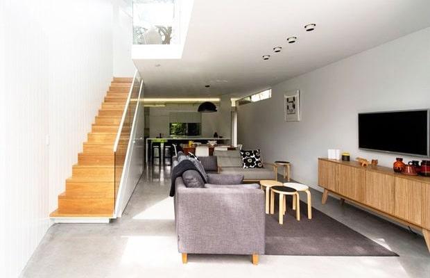Open betontrap met hout