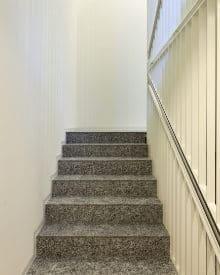betonnen-trap bekleden met steentapijt