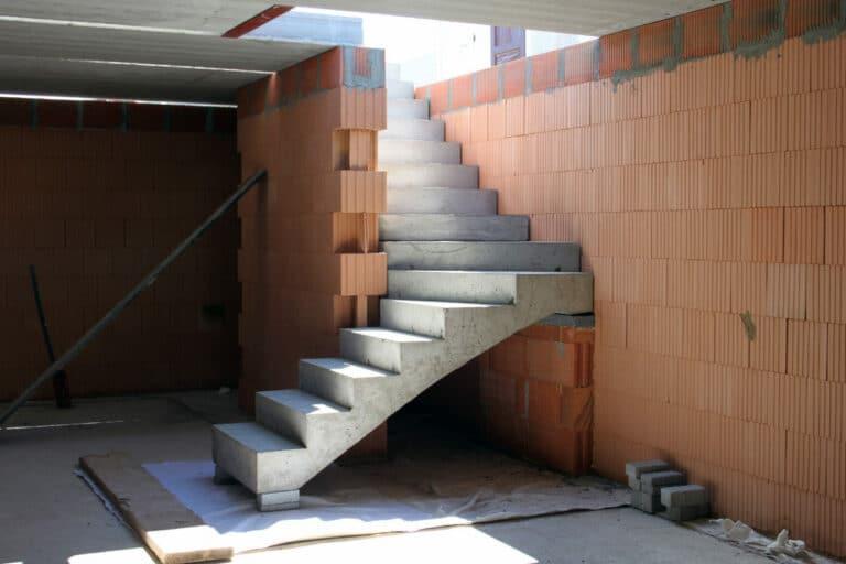 In een mal beton storten voor een trap
