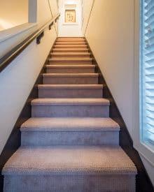 trap met vast tapijt