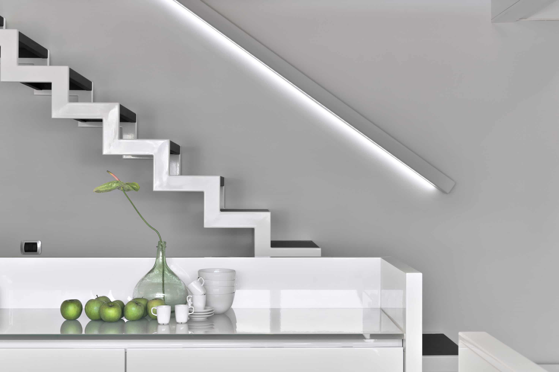 led-verlichting in trapleuning plaatsen