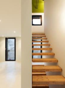 zwevende trap tussen twee muren